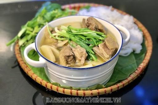 Canh ngan nấu măng ăn cùng bún hoặc cơm đều rất ngon