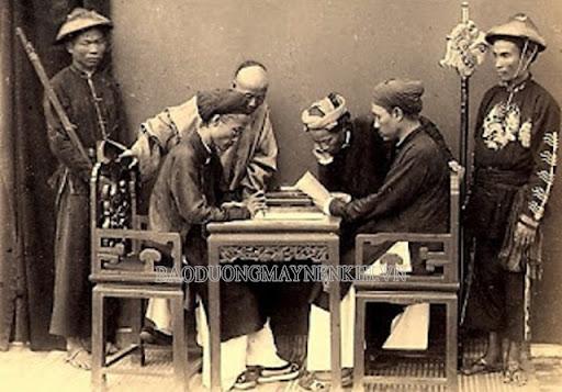 Ông cha ta quan niệm người có cung thân cư Quan Lộc có số làm quan
